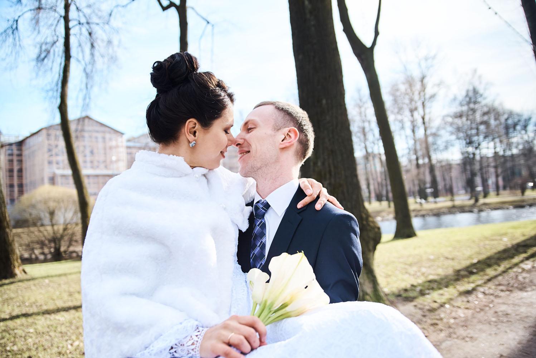 реквизит для свадебной фотосессии весной в парке исполнительница