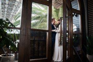 Невеста и жених в оранжерее таврического сада