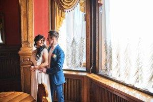 Фотосессия Жениха и невесты у окна загс 2