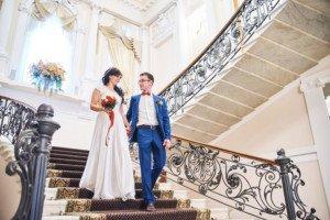 Пара молодожёнов спускается по лестнице