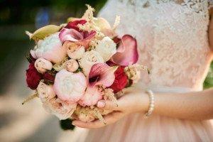 Свадебный букет в руках невесты