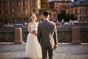 Молодожены на свадебной фотосесии