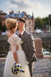 пара целуется на свадебной фотосесии