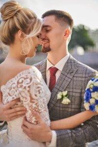 пара обнимается на свадебной фотосесии