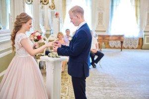 Жених надевает кольцо невесте