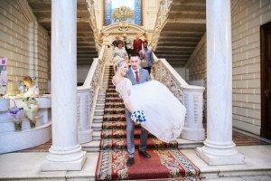 Жених несет на руках невесту