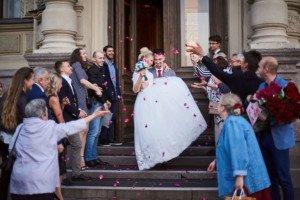 Жених несет невесту на руках после церемонии