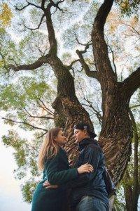 пара под осенним деревом
